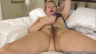 USA gilf Justine gives her wooly pussy a treat